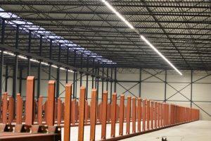 Atlas LED Lijnverlichting geïnstalleerd om magazijnen van veldstaal